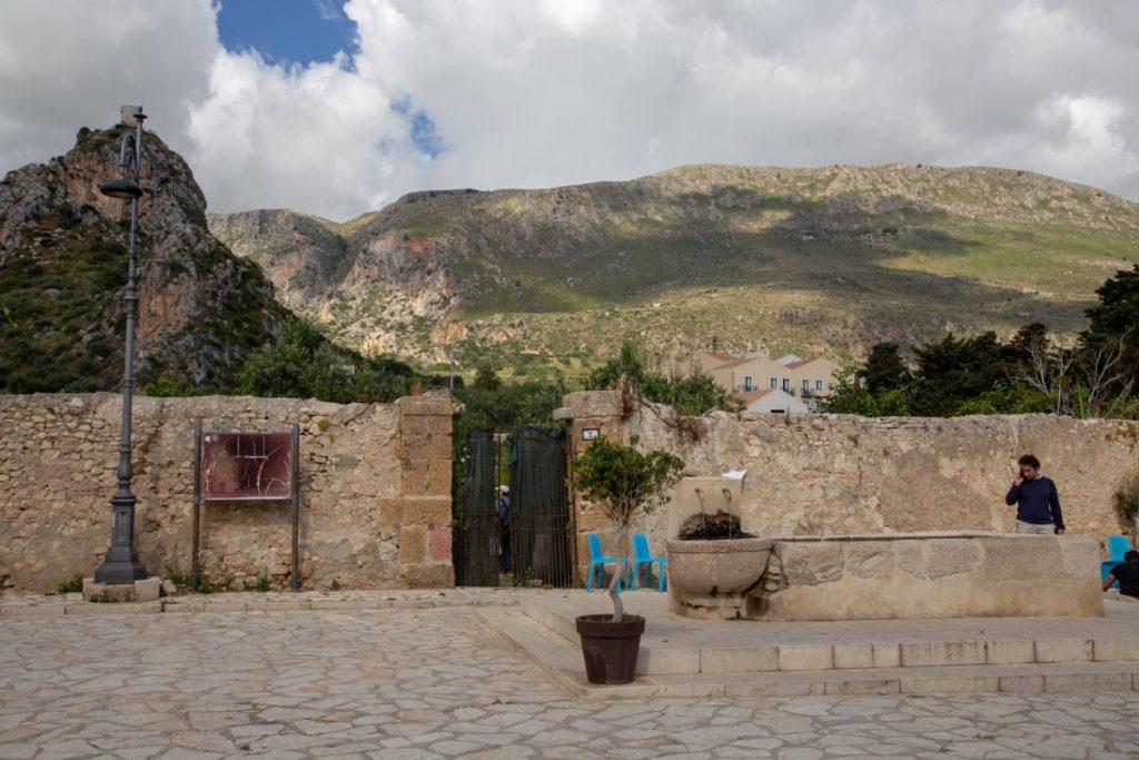 Fontaine à l'entrée du délicieux village de Scopello