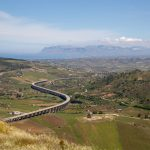 Autoroutes suspendues qui dénotent dans le paysage sicilien