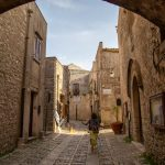 Ballade au frais dans les ruelles de la vieille ville d'Erice
