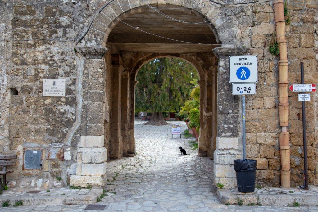 L'entrée du baglio du village de Scopello