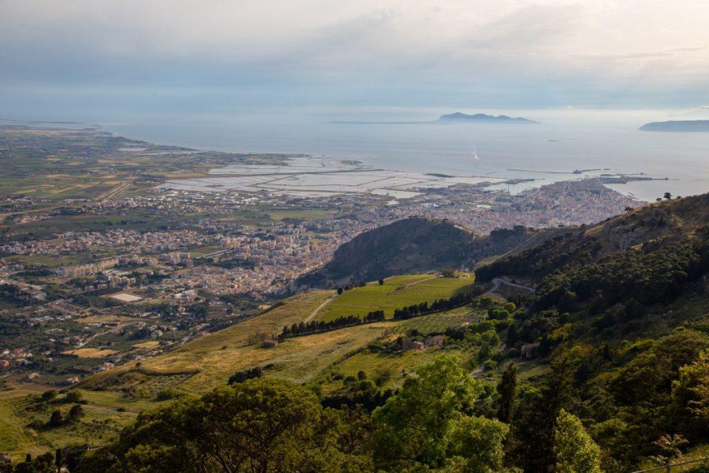Depuis le château d'Erice, Trapani et les îles Egade