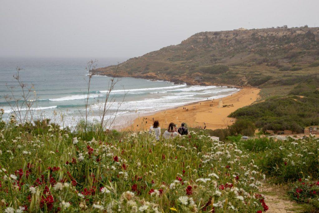 Plage de Ramla Bay au sable rouge-orangé