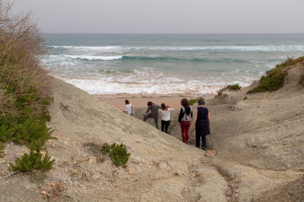 Arrivée sur la plage de Ramla Bay par le sentier côtier