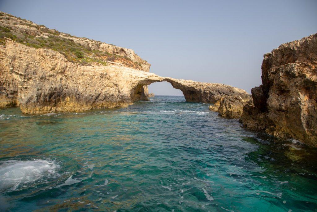 Eau turquoise autour de l'île de Comino à Malte