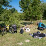 Préparatifs pour plier bagages après une nuit sous la tente