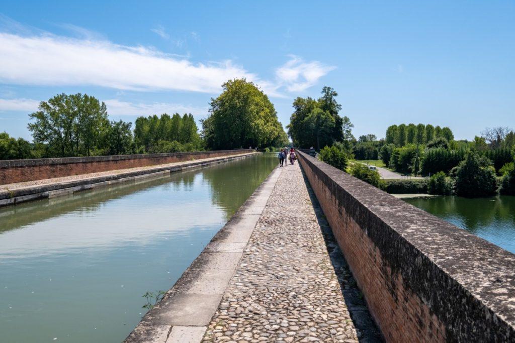 A vélo sur l'étroit pont-canal de Moissac