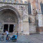 Le nez en l'air devant l'impressionnant portail de l'église abbatiale de Moissac