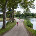 A vélo le long du Canal latéral de la Garonne entre Toulouse et Agen avec des enfants