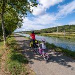 Sortie de Toulouse le long de la route départementale et de la voie ferrée