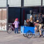 Triporteur au chaud dans le porte-bébé à Copenhague