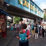 Amusement dans le dos de maman à Camden Town, Londres