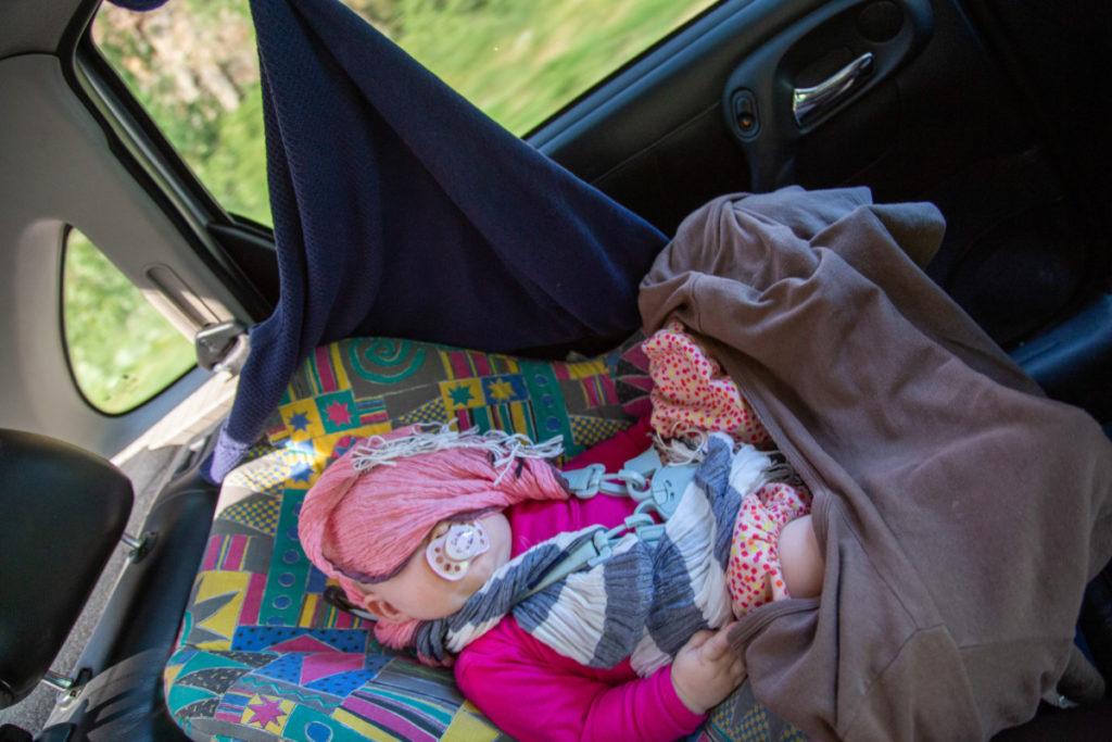 Siège bébé à la mode arménienne. Niveau sécurité = on ne préfère pas savoir
