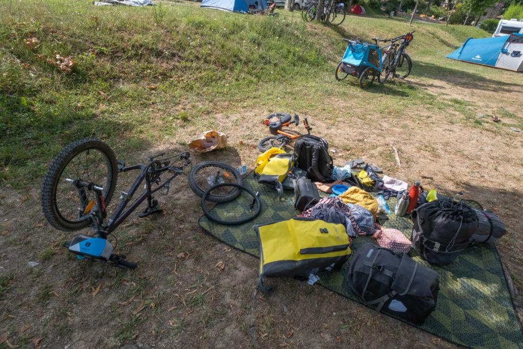 Réparation avant de plier bagages au camping