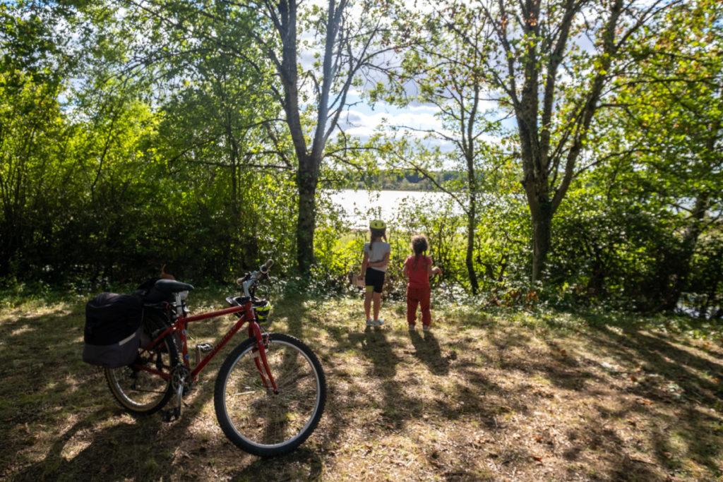 Camper et rêver devant le lac de Baye