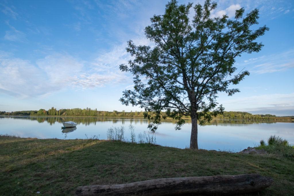 Tout est calme au petit matin sur le lac de Baye