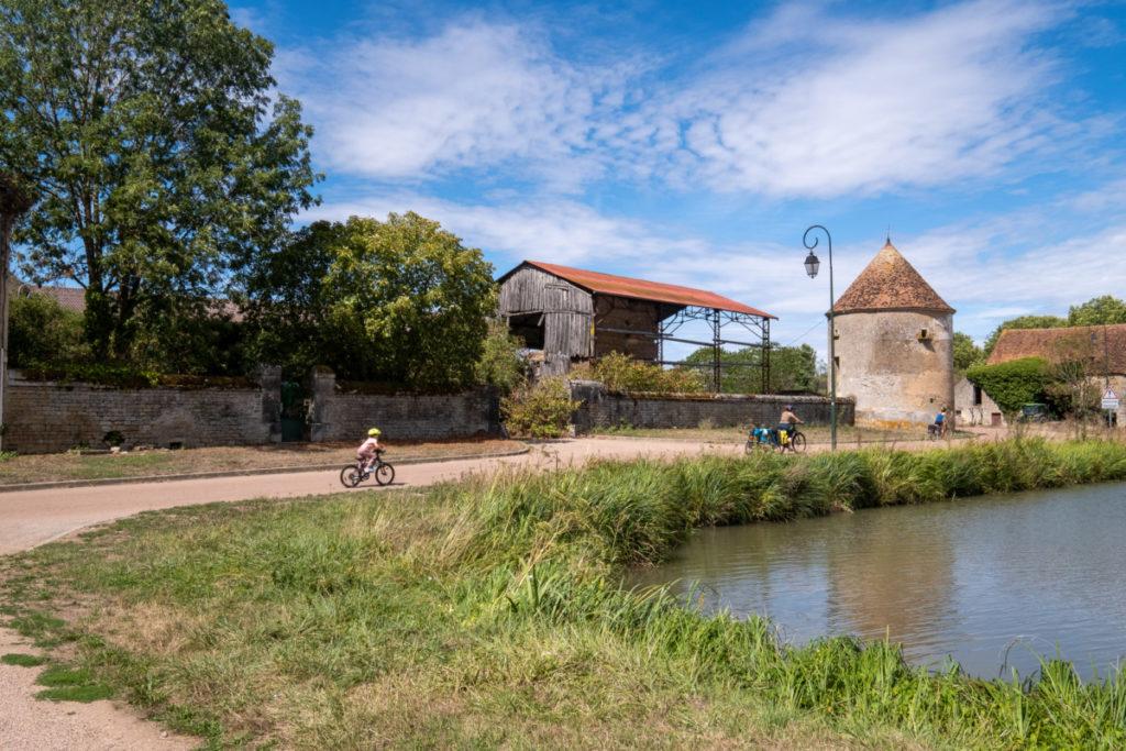 Entre campagne et cours d'eau à vélo sur le canal du NIvernais