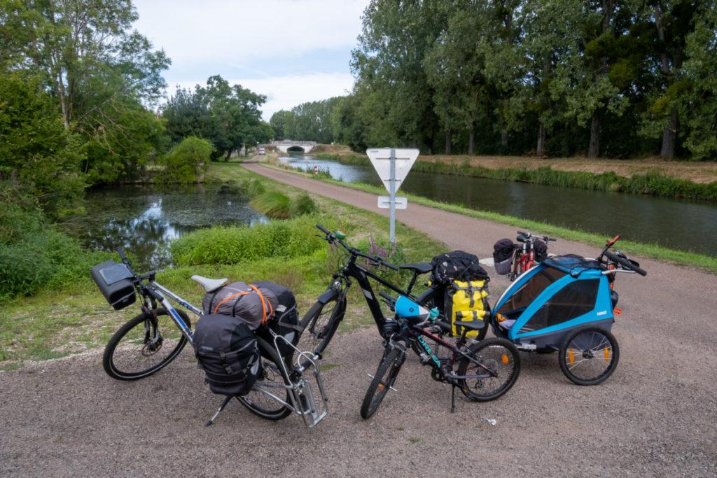 Voyage à vélo en famille avec remorque et follow-me