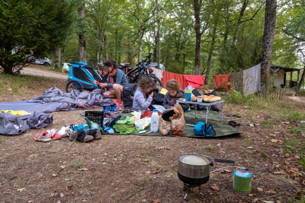 Popote et autres accessoires pour camper en voyage à vélo