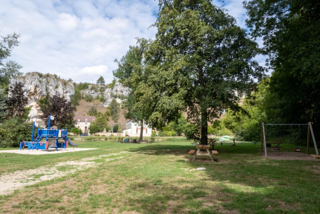 Fantastique esplanade de jeux à Merry-sur-Yonne en face des rochers du Saussois
