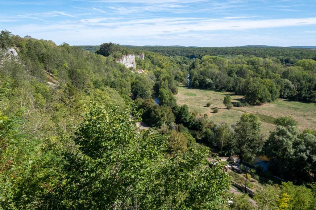 Panorama sur le Morvan en haut de Mailly-le-château le long du canal du Nivernais