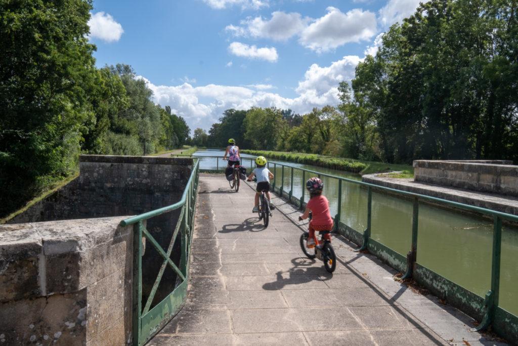 En famille sur le canal du Nivernais à vélo