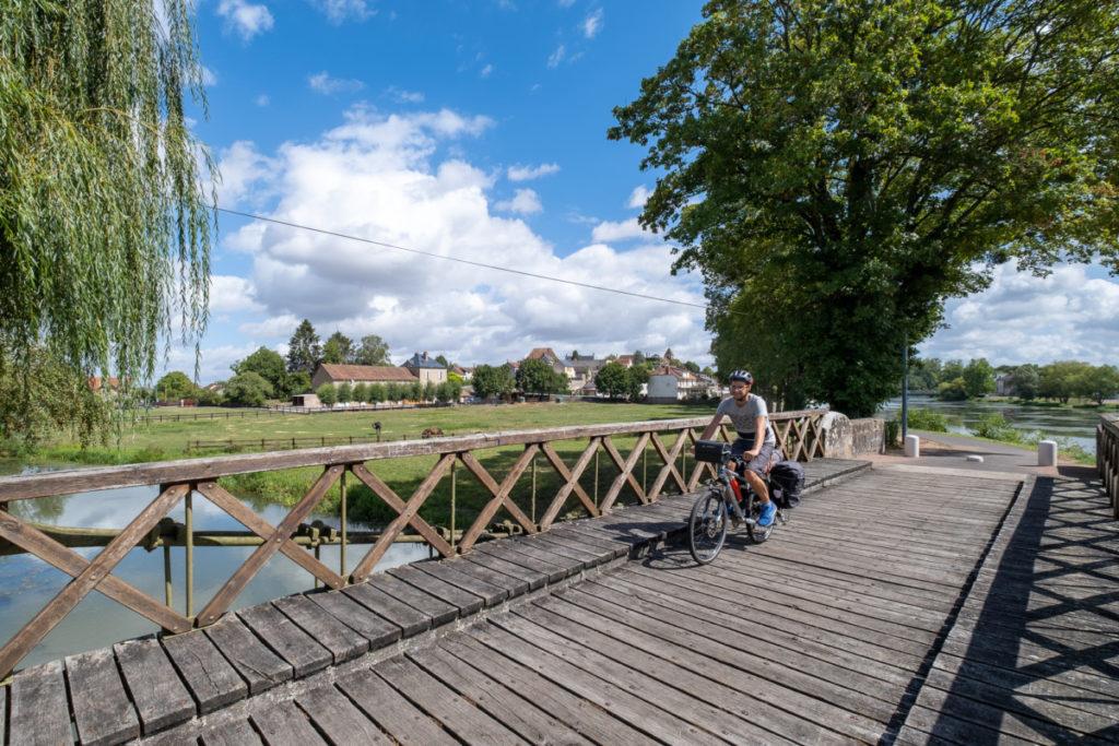 Cercy la tour au bord du canal